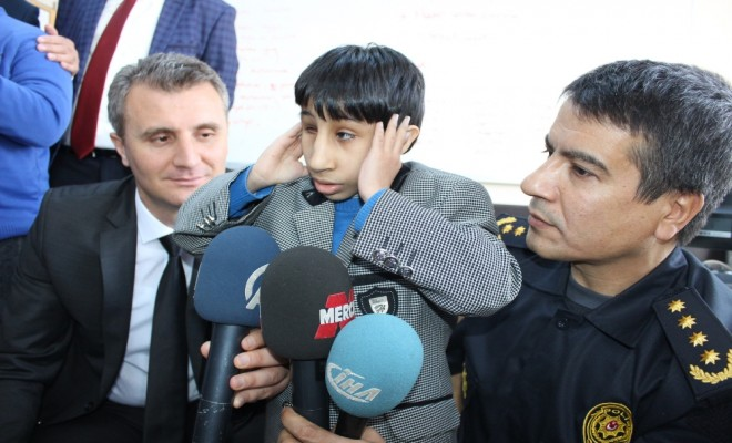 Down Sendromlu Çocuklar Polis Telsizinden Ezan Okudu