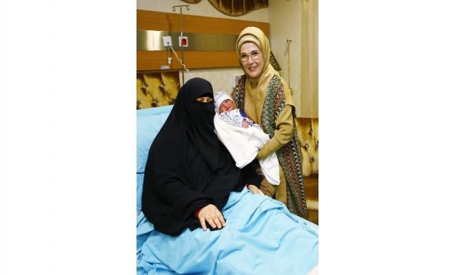 15 Temmuz Şehidinin Doğum Yapan Eşini Ziyaret Etti