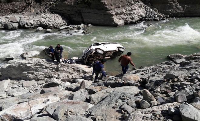 Minibüs Irmağa Uçtu: 1 Ölü, 2 Yaralı