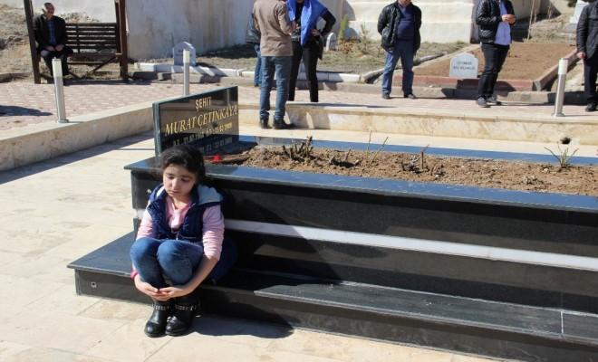 Hiç Hatırlamadığı Babasının Mezarı Başında Gözyaşı Döktü
