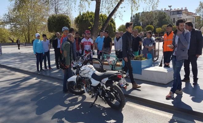 Milli Bisikletçiye Motosiklet Çarptı
