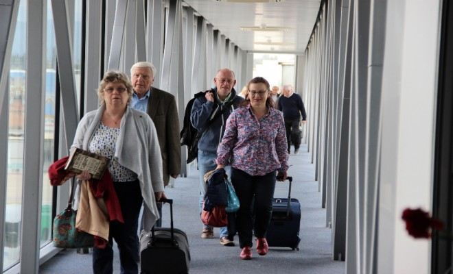 İngiliz Turistlere Bodrumda Karanfilli Karşılama