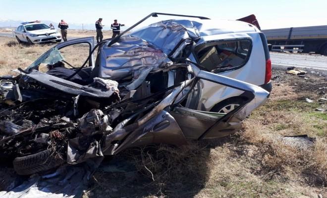 Tırla Otomobil Çarpıştı: 2 Ölü 3 Yaralı