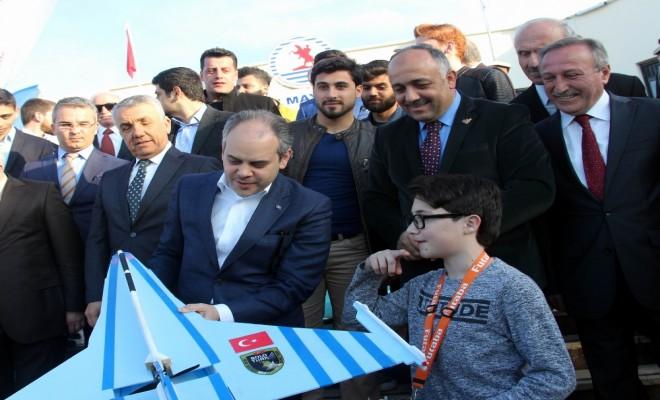 Bakan Kılıç Türkiyenin En Genç İha Pilotunu İzledi