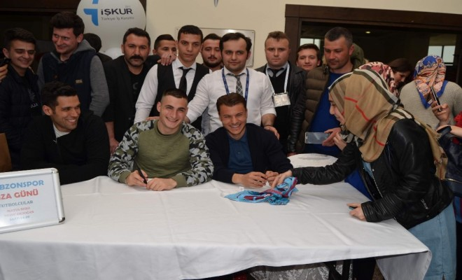 Trabzonsporlu Futbolcular İmza Dağıttı