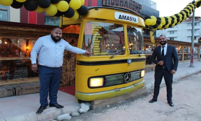 Kafeye Belediye Otobüsünden Giriliyor