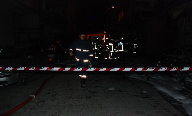 Bahçelievlerde İki Otomobil Alev Alev Yandı