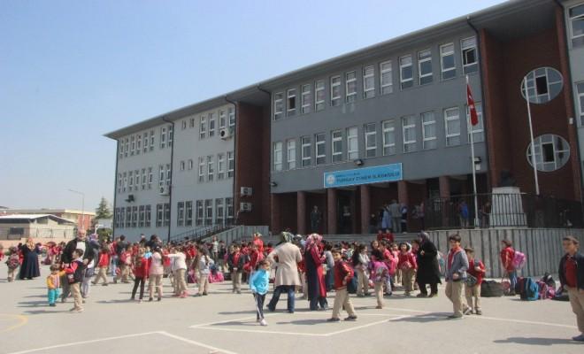 Yangından Korkan Öğrencileri Kıyafetlerini Giydirerek Teselli Etti