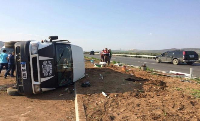 Tarım İşçilerini Taşıyan Minibüs Devrildi: 17 Yaralı