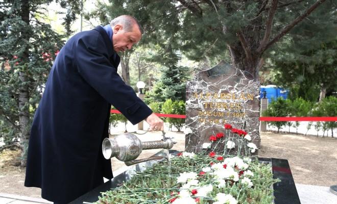 Erdoğandan Türkeşin Mezarına Sürpriz Ziyaret