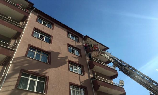 Balkon Demirinde Asılı Kalan Kızı İtfaiye Kurtardı