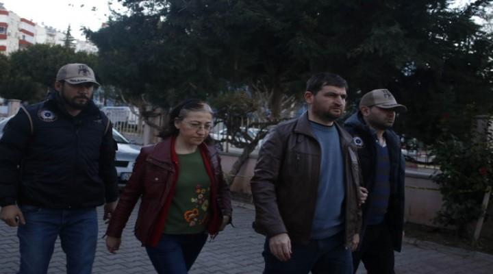 FETÖ Firarisi Eski Hakim ve Savcı Eşi Vitrin Arkasında Saklanırken Yakalandı
