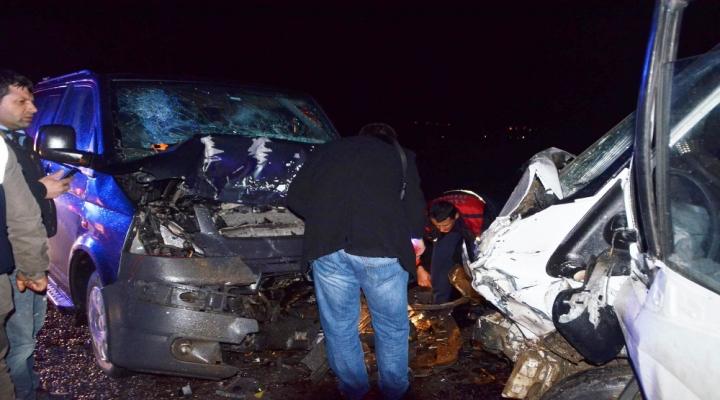 Kamyonet İle Minibüs Kafa Kafaya Çarpıştı: 1 Ölü, 4 Yaralı