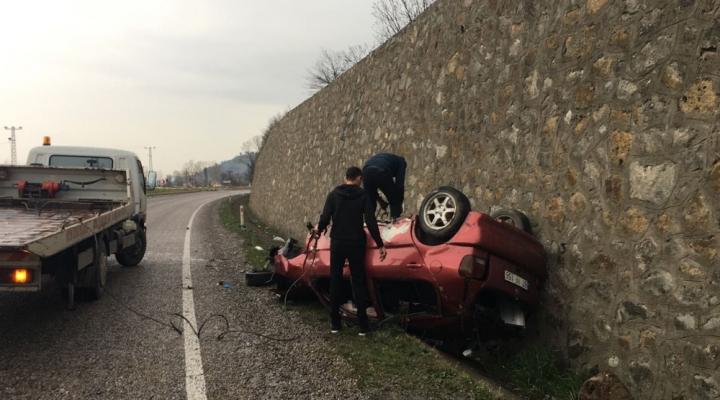 Taklalar Atan Otomobil Duvara Çarparak Durabildi: 1 Ölü