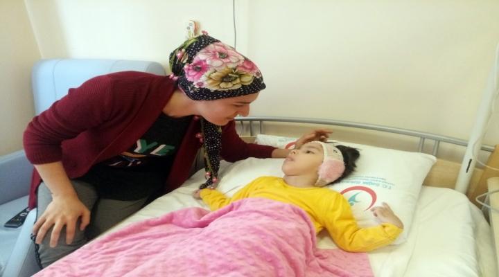 5 Yaşındaki Kızı Gözünün Önünde Eriyor