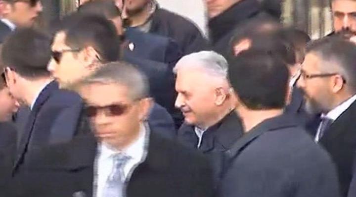 Başbakan Yıldırım Şehit Ömer Halisdemirin Kabrini Ziyaret Etti