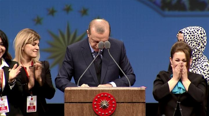 Cumhurbaşkanı Erdoğan İmzayı Kürsüde Attı