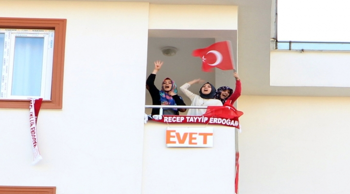 Meral Akşenere Balkondan 'Evet Protestosu