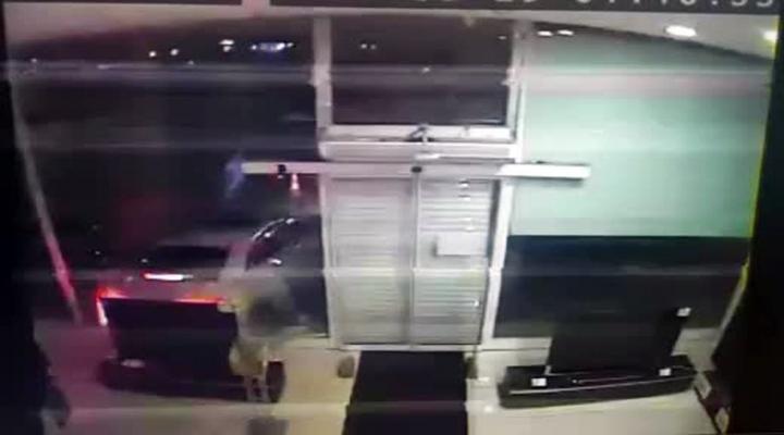 Mağazaya Araçla Girip 300 Bin Tllik Hırsızlık Yaptılar