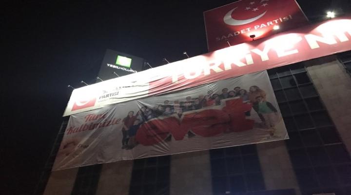 Saadet Partililer Evet Pankartını Böyle İndirdi