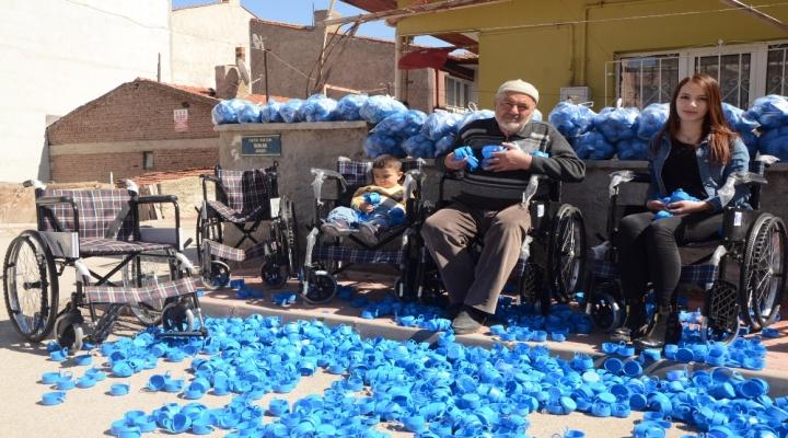 Örnek Dede-Torun: Mavi Kapaklarla 88 Tekerlekli Sandalye