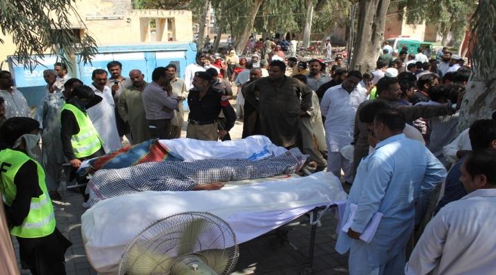 Türbe Görevlisi 20 Kişiyi Bıçaklayarak Öldürdü