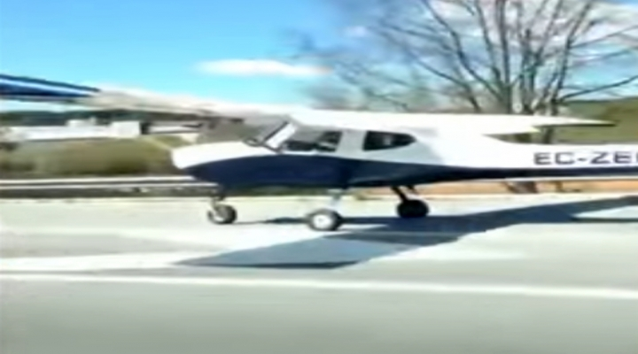 Uçak Otoyola İndi