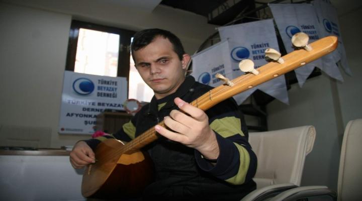 """Doğuştan Görme Engelli Gencin """"10 Parmağında 10 Marifet"""""""