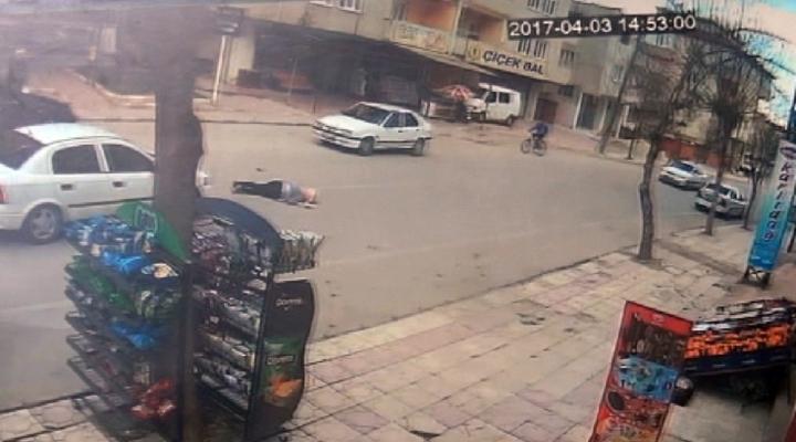 Otomobilin Genç Kıza Çarptığı An Kamerada