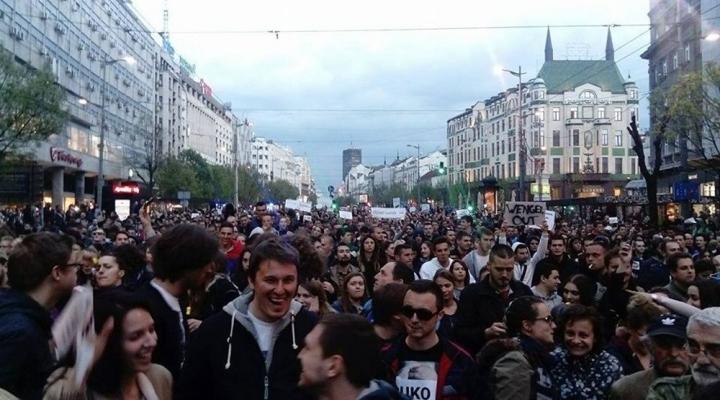 Sırbistanda Binlerce Muhalif Sokakta