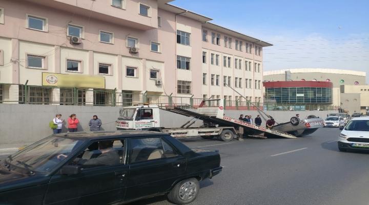Otomobil Okul Duvarına Çarptı