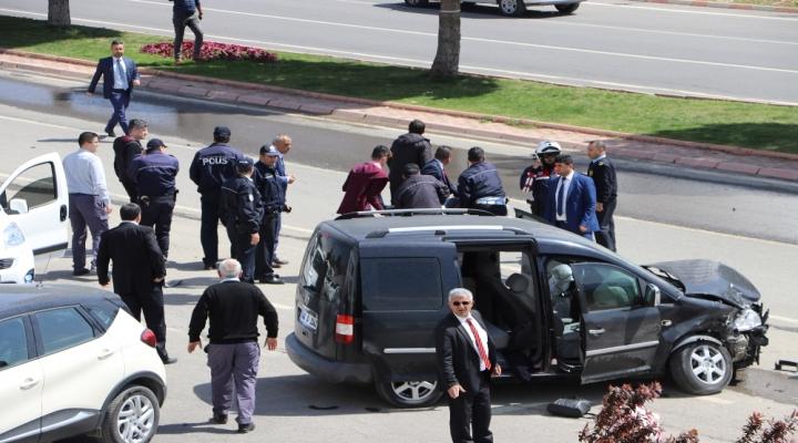 Kontrolden Çıkıp Chp Liderini Takip Eden Gazetecilerin Aracına Çarptı