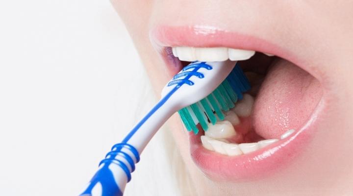 Diş Fırçalarken Yapılan 3 Temel Hata