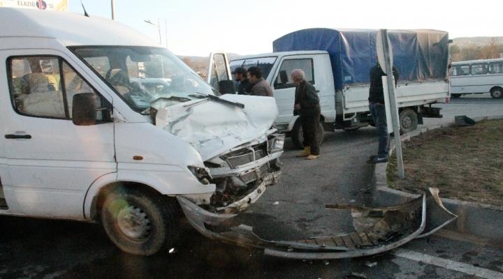 İşçi Servisi İle Kamyonet Çarpıştı: 5 Yaralı