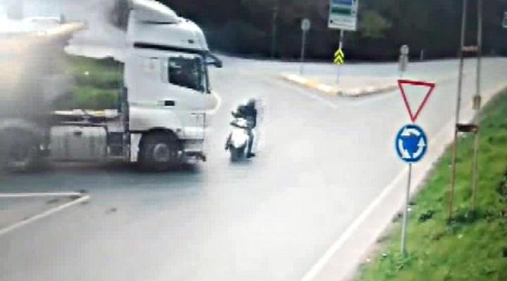Kamyon Ters Yönden Gelen Motosiklete Çarptı