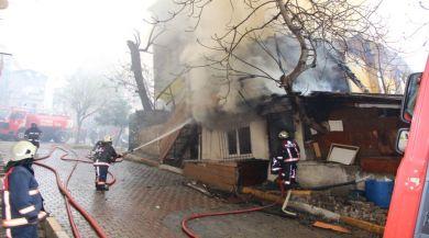 İstanbulda Üç Katlı Bina Alev Alev Yandı