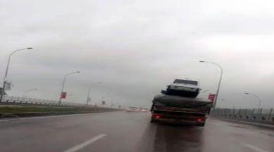 Tırdaki Yüklerin Üzerinde Otomobil Taşıdı