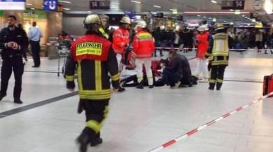 Almanya Düsseldorf'da Ana Tren Garın İçinde Baltalı Saldırı Meydana Geldi!