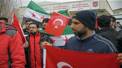 Suriyeliler 10 ilde askerlik şubelerinin önünde kuyruğa girdi