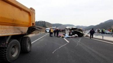 Son dakika! Kahramanmaraş'ta minibüs kamyona çarptı: 9 ölü, 4 yaralı